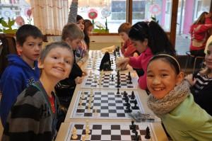 Børn og unge lærer med skoleskak
