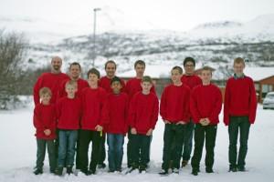Hele holdet samlet foran universitetet Bifrost, hvor vi både bor og spiller under fine forhold.