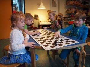 Før-skolebørn dyster mod hinanden i minigames