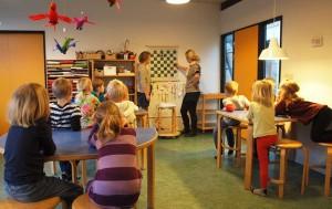 Børnene får instruktioner af pædagogerne